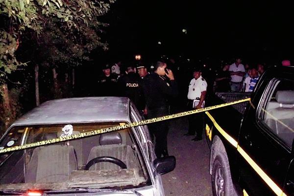 El cadáver de German Alvarado Mejicanos quedó a un costado de un automóvil. (Foto Prensa Libre: Héctor Contreras)