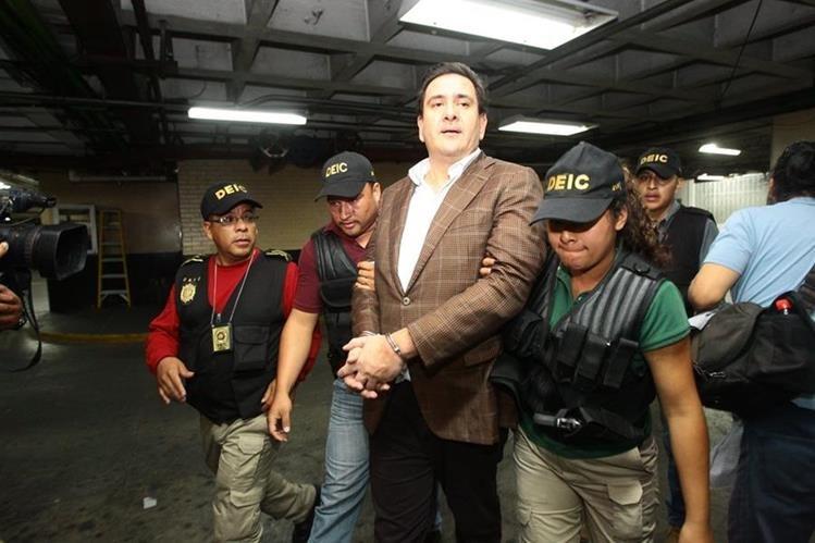 Gustavo Alejos es conducido hasta la carceleta de Tribunales.