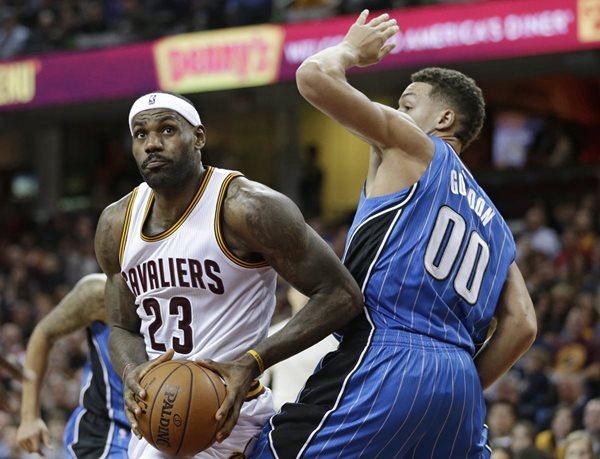 LeBron James cumplió una semana brillante con los Cavaliers de Cleveland (Foto Prensa Libre: AP)