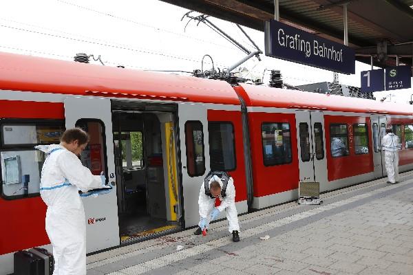 Expertos forenses de la policía trabajan frente de la estación de tren en Grafing.(Foto Prensa LIbre:AP).