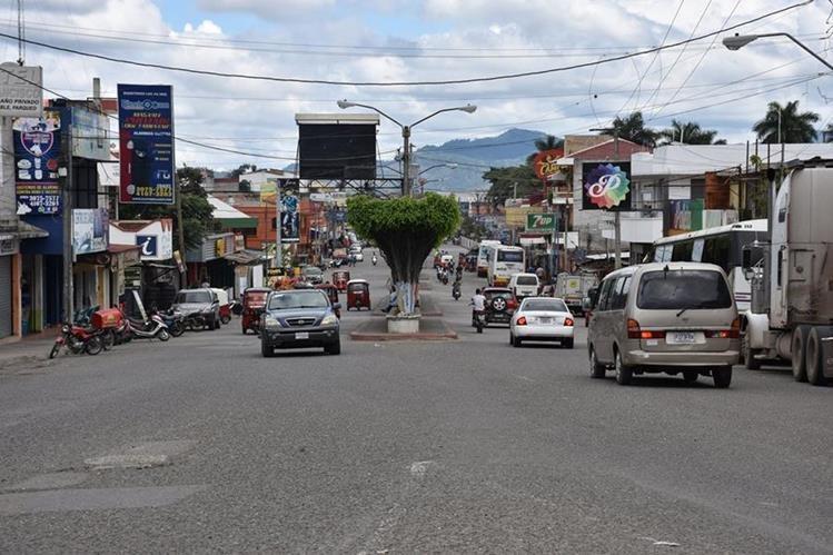 Autoridades locales habilitaron dos nuevos ingresos para los motoristas de la Caravana del Zorro. (Foto Prensa Libre: Mario Morales)