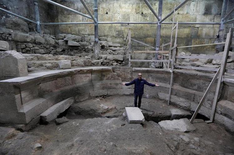 El arqueólogo israelí Joe Uziel de la Autoridad de Auntigüedades de Israel habla a los periodistas en el interior de un anfiteatro romano descubierto en los túneles del Muro de las Lamentaciones, en Jerusalén, Israel. (Foto Prensa Libre: EFE)