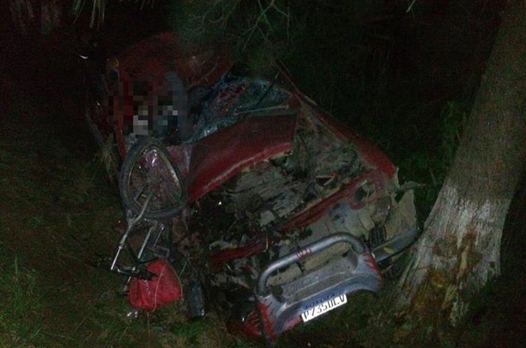 Testigos dijeron que ese mismo picop arrolló al motorista en el primer accidente de tránsito en San Jerónimo, Baja Verapaz. (Foto Prensa Libre: Cortesía).