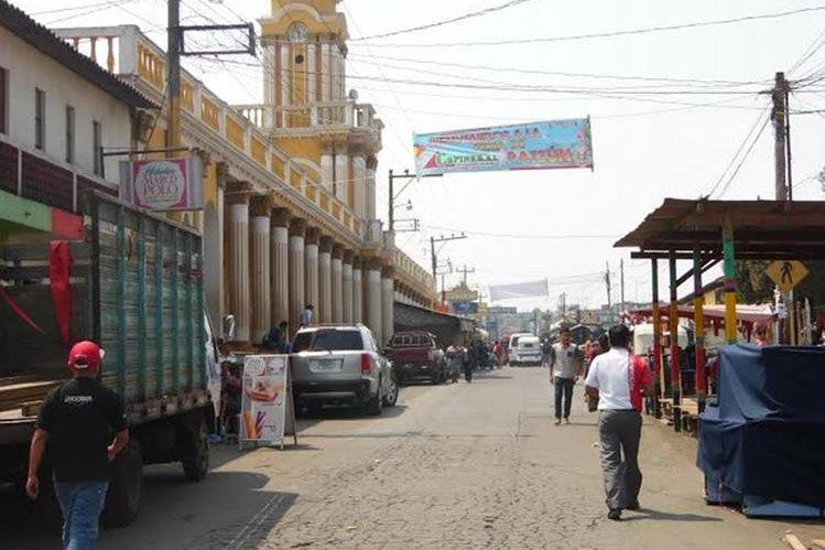 Algunos vecinos  de Patzún caminan para llegar a su destino, debido al paro de buses.  (Foto Prensa Libre: José Rosales).