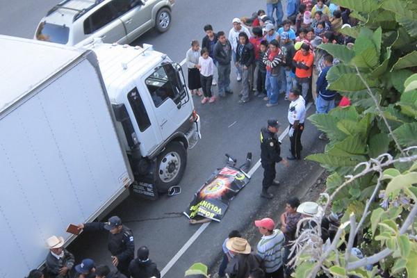 """<p>La PNC resguarda el cadáver y el camión comercial. (Foto Prensa Libre: Angel Julajuj)<br _mce_bogus=""""1""""></p>"""
