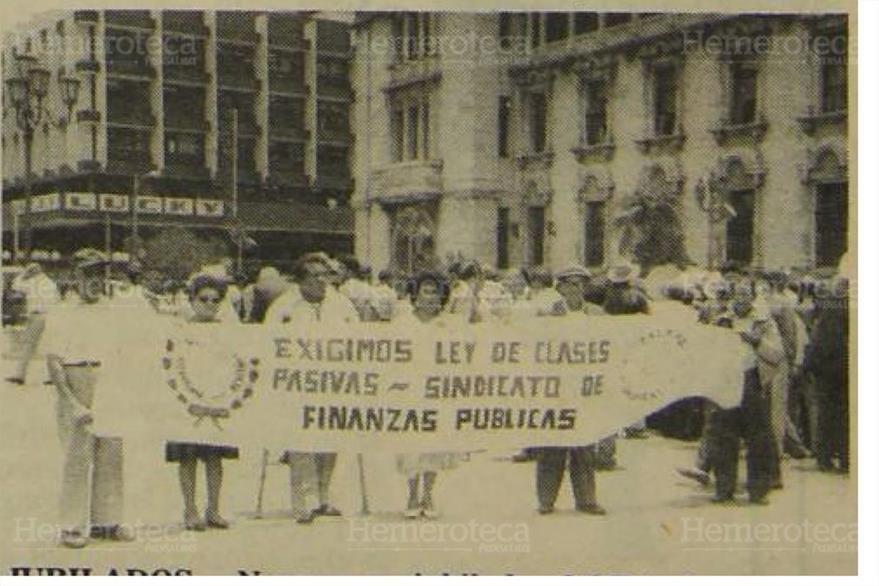 28/07/1989 Jubilados  del estado realizaron una marcha  frente al Palacio nacional (Foto: Hemeroteca PL)