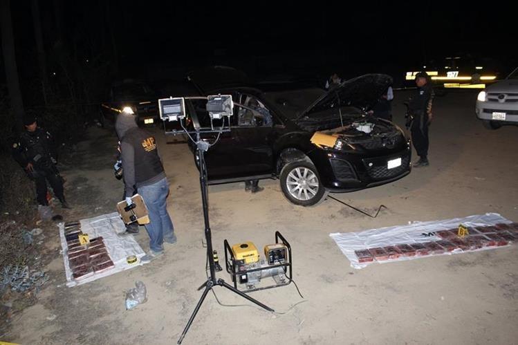 Autoridades efectúan inspección en uno de los vehículos interceptados en la ruta Interamericana, Chimaltenango. (Foto Prensa Libre:)