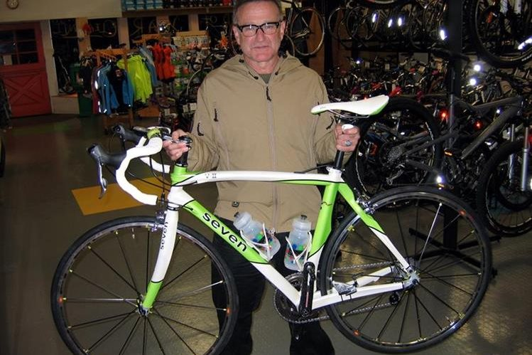 El actor disfrutaba de andar en bicicleta por lo que frecuentaba tiendas donde vendía implementos de ciclismo. (Foto Prensa Libre: Hemeroteca PL)