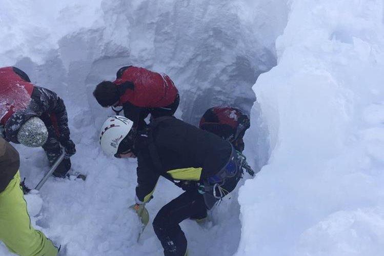 Los esquiadores fueron sorprendidos por la avalancha. (Foto Prensa Libre: AP).