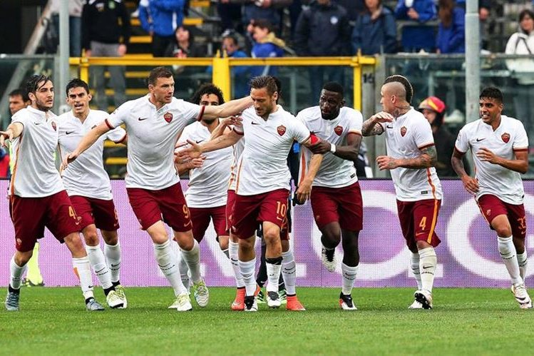 La Roma se quedó con un empate gracias a su leyenda viviente: Francesco Totti. (Foto Prensa Libre: EFE)