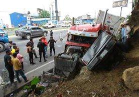 María Tojín fue la persona que sufrió las lesiones más graves, al prensar el tráiler su picop. (Foto Prensa Libre: Álvaro Interiano)