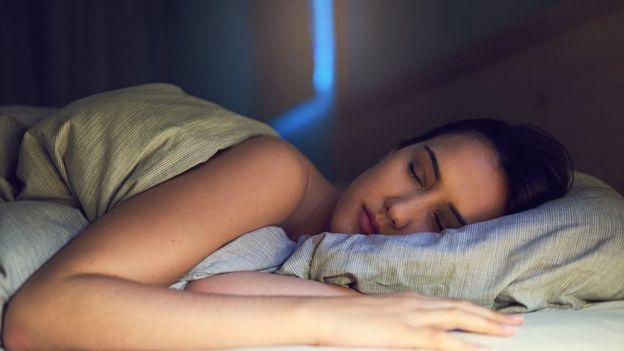 Es importante tratar de dormir el mismo número de horas todas las noches. (GETTY IMAGES)