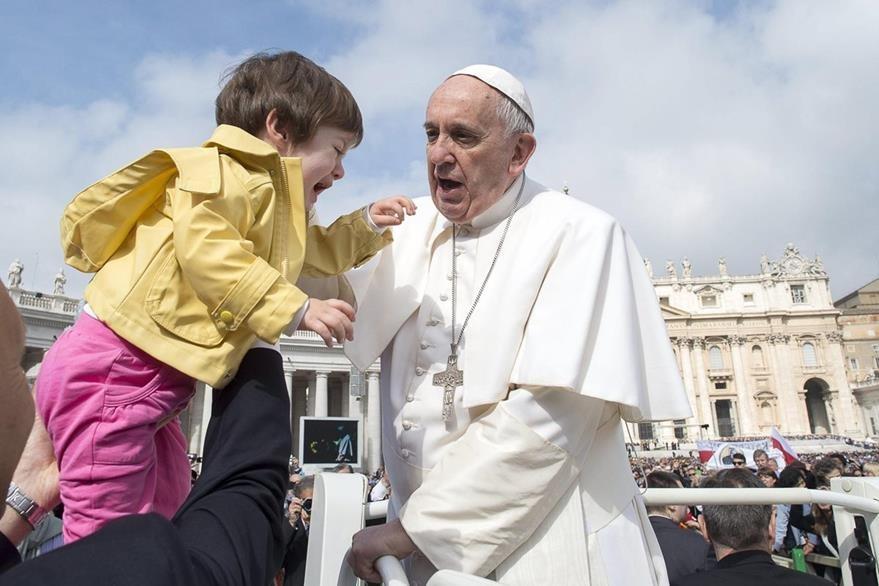 El pontífice saluda a un niño durante una audiencia en la plaza San Pedro. (Foto Prensa Libre: EFE).