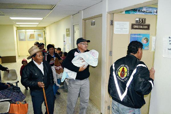 Socorristas de  San Cristóbal Totonicapán trasladan hacia  el Hospital Nacional de Totonicapán a un bebé que fue  abandonado (Foto Prensa Libre: Édgar Domínguez)
