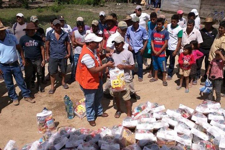 Familias afectadas por las inundaciones en Sayaxche, Petén, reciben víveres. Personal de Conred y Cervecería Centroamericana asisten a comunidades. (Foto Prensa Libre: Rigoberto Escobar)