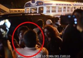Un reportero de publinews capto el momento de la agresión al periodista de este diaroi (Foto Prensa Libre: Publinews)