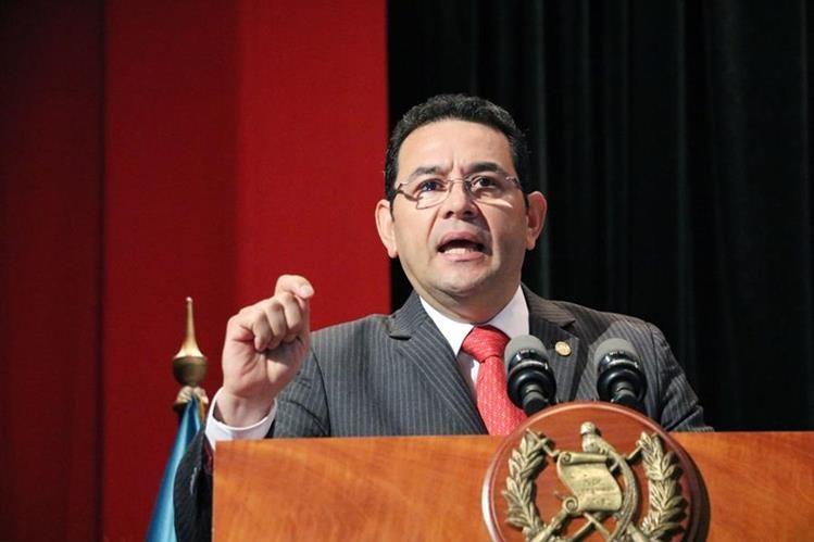 El presidente Jimmy Morales, durante su discurso que ofreció en el Teatro Municipal de Xela. (Foto Prensa Libre: Carlos Ventura)