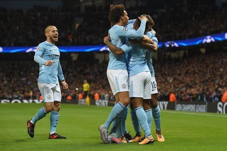 Raheem Sterling es felicitado después de anotar en el triunfo del City contra el Nápoli. (Foto Prensa Libre: AFP).