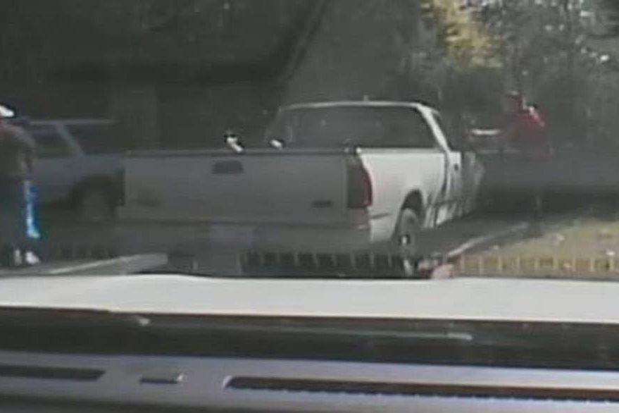 Captura del video grabado por la cámara del tablero de la patrulla policial. (Foto Prensa Libre: EFE).