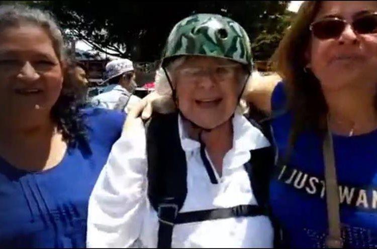 A su descenso en Panajachel, la intrépida mujer de 81 años agradeció a Dios y a su familia por la oportunidad. (Foto Prensa Libre: Eu LoAre/Facebook)