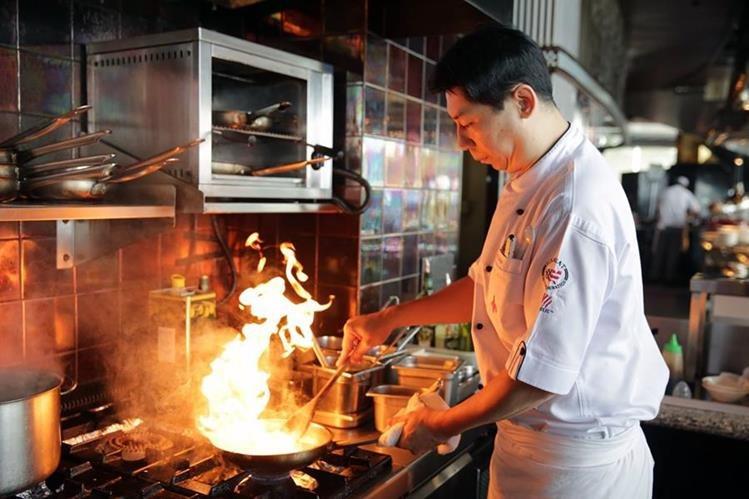 <em>El chef William Chang opina que los restaurantes deben dar &ldquo;el primer paso&rdquo; para paliar la situación. (Foto Prensa Libre: AFP).</em>