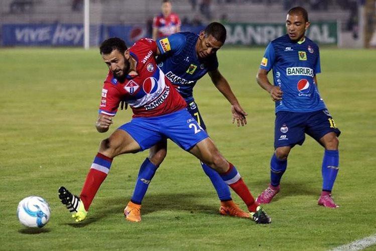 Altenses y escarlatas dividieron puntos este sábado por la noche en partido de la jornada 14 del Clausura 2016 (Foto Prensa Libre: Carlos Ventura)