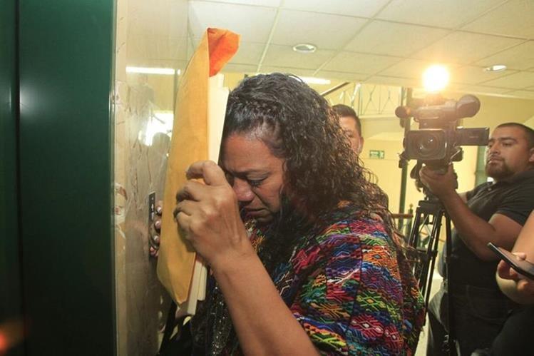 Estela Ventura, gobernadora de Alta Verapaz, sale llorando de una citación con FCN-Nación; fue candidata a diputada por la URNG. (Foto Prensa Libre: E. Bercian)