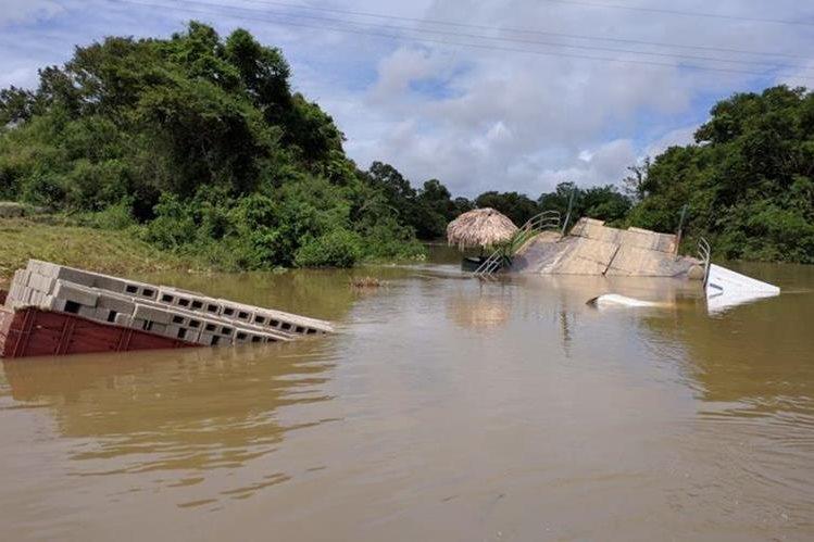 Imagen del ferry boat y el camión, hundidos en el arroyo Petextabún. (Foto Prensa Libre: Rigoberto Escobar)