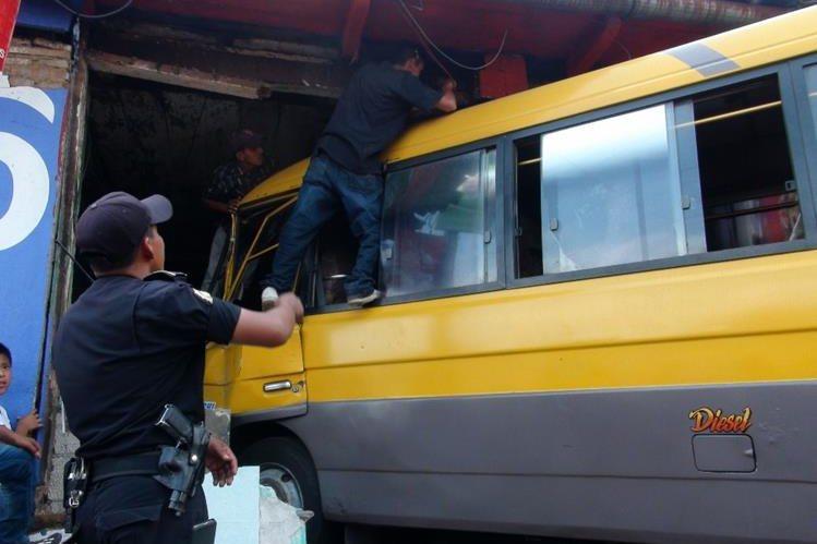 Microbús destruyó parte de una vivienda, en San Bernardino, Suchitepéquez. (Foto Prensa Libre: Melvin Popá)