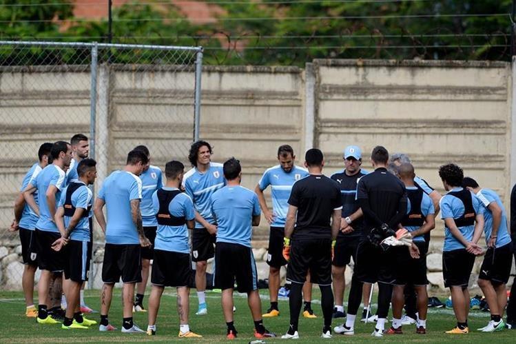 La selección de Uruguay vivió un viaje complicado para llegar a Venezuela. (Foto Prensa Libre: AFP)