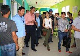 Lucrecia Hernández Mack, ministra de Salud, junto a otras autoridades recorre el Área de Salud de Guastatoya. (Foto Prensa Libre: Héctor Contreras).