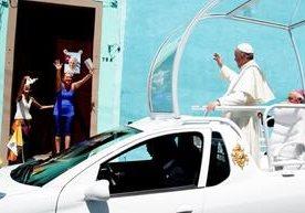 El papa Francisco ofició una misa en Holguín y bendijo la ciudad en su tercer día de su gira.