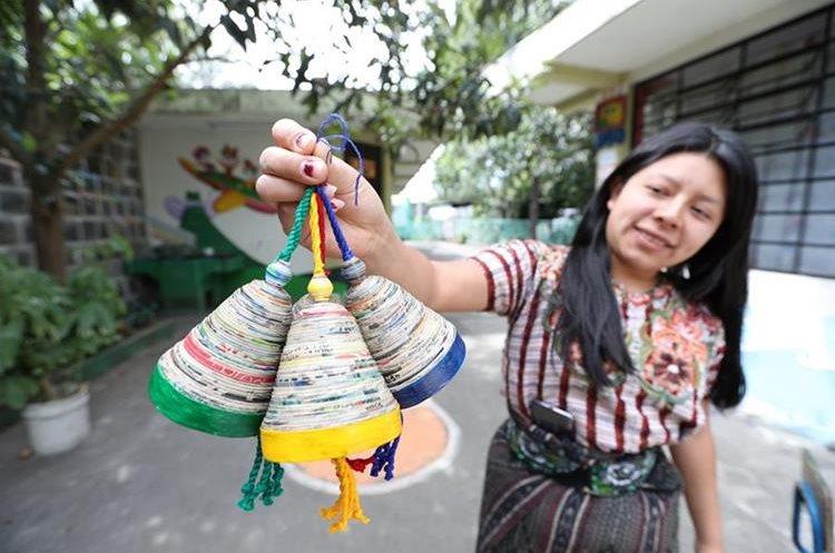 Artesanías de papel, elaboradas por artesanos de Adisa, en Santiago Atitlán.