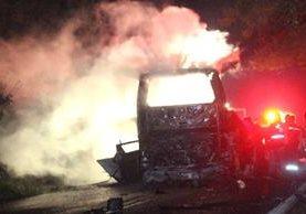 Bomberos intentando apagar el fuego en los vehículos involucrados en un accidente en el estado mexicano de Puebla.