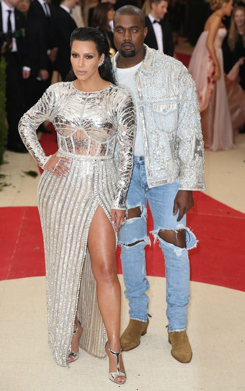 Kim Kardashian y Kanye West no podían faltar en esta pasarela de moda. (Foto Prensa Libre: EFE)