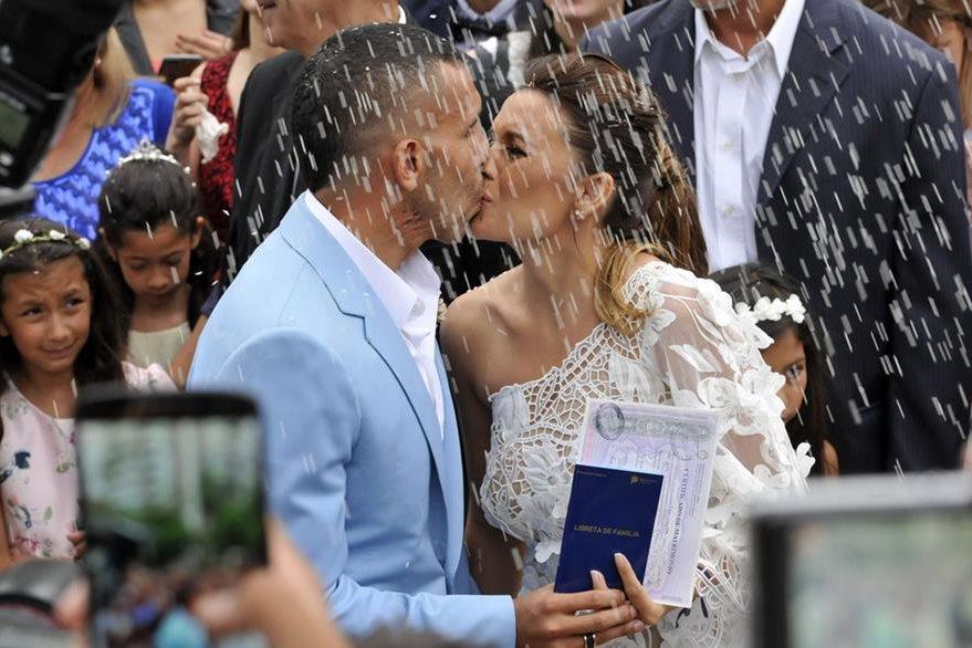 Carlos Tevez y su esposa Vanesa Mansilla pactan con un beso su amor luego de su boda civil. (Foto Prensa Libre: AFP)