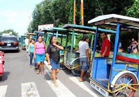Vecinos de Santa Cruz Muluá, Retalhuleu, utilizan triciclos para movilizarse, debido a bloqueo en el km 179 de la ruta a suroccidente. (Foto Prensa Libre: Rolando Miranda)