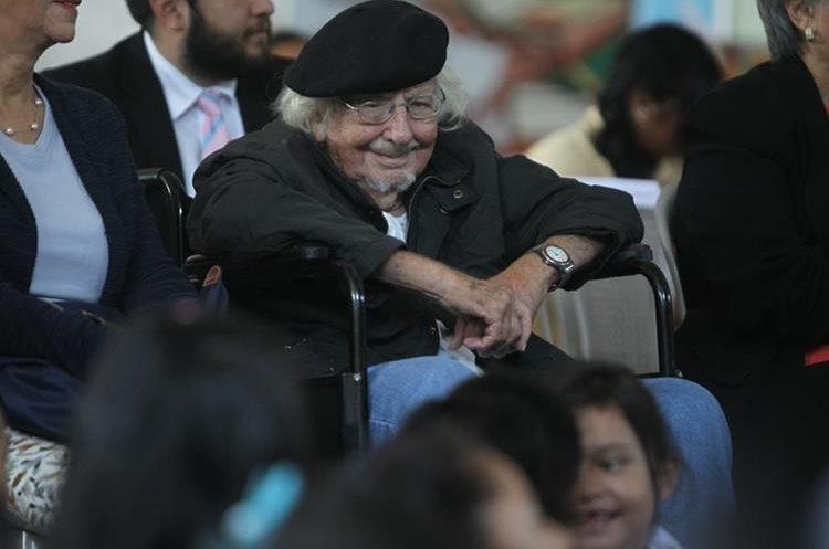 El poeta Cardenal compartió con niños y niñas de distintos centros educativos (Foto Prensa Libre: José Andrés Ochoa).