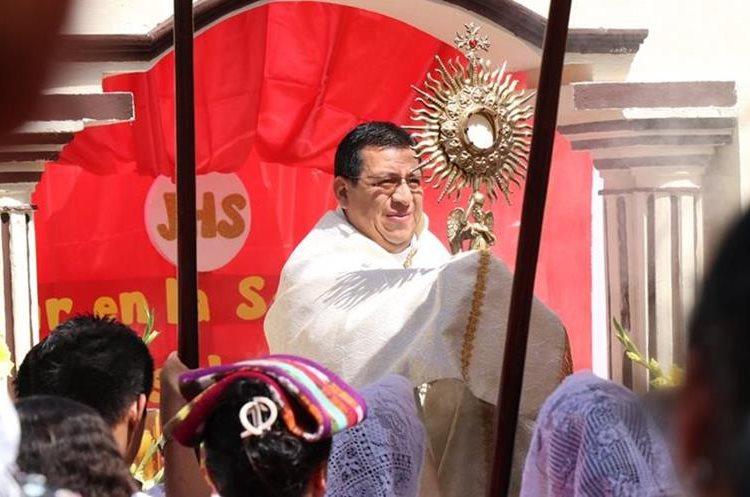 El párroco Alejandro Sop pidió por la paz de Guatemala y que no exista odio en el corazón del ser humano. (Foto Prensa Libre: Cristian Soto)
