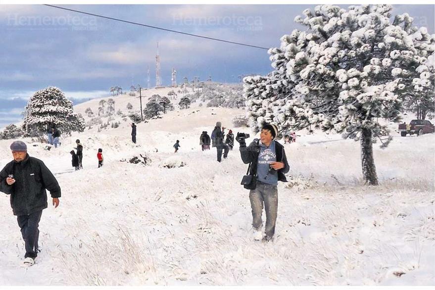 Habitantes de Ixchiguán jugaron  con la nieve que formó un manto blanco en San Marcos. 26/01/13. (Foto: Hemeroteca PL)