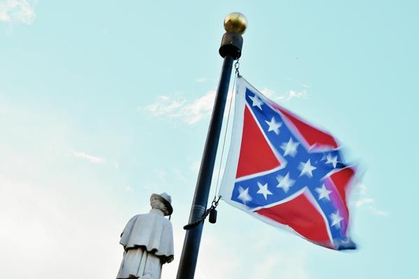 La bandera de los estados confederados del sur, (que rechazaron la abolición de la esclavitud en el siglo XIX y se rebelaron contra el gobierno) aún ondea en algunos edificios de Carolina del Sur, hasta hoy que la gobernadora ordenó que fuera retirada. (Foto Prensa Libre: AFP).