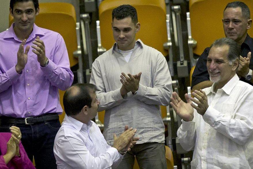 Elián Gonzalez, centro, durante un reconocimiento recibido en la Asamblea Nacional de Cuba en julio pasado. (Foto Prensa Libre: AP).