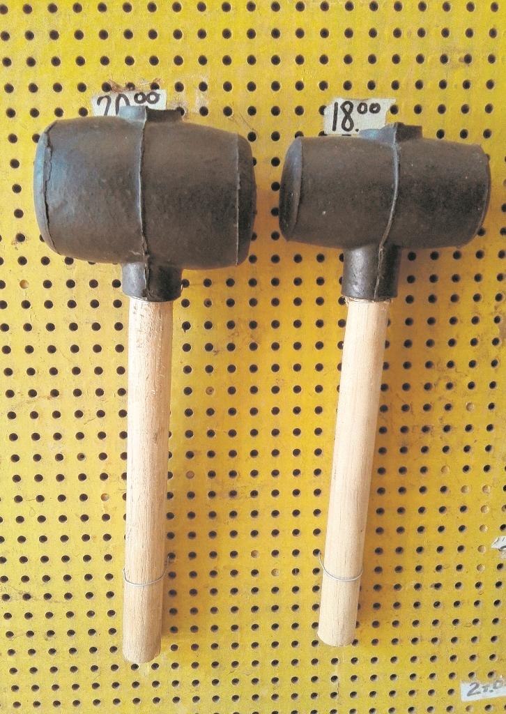 Mazos  de hule o madera sirven para nivelar  ladrillos sin romperlos. (Foto Prensa Libre: Hemeroteca PL)