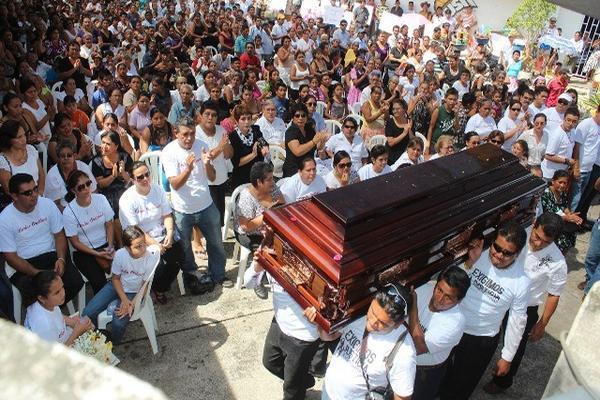 <p>Periodistas de medios de comunicación de Mazatenango cargan el ataúd con los restos del comunicador Carlos Alberto Orellana. (Foto Prensa Libre: Danilo López). <br></p>