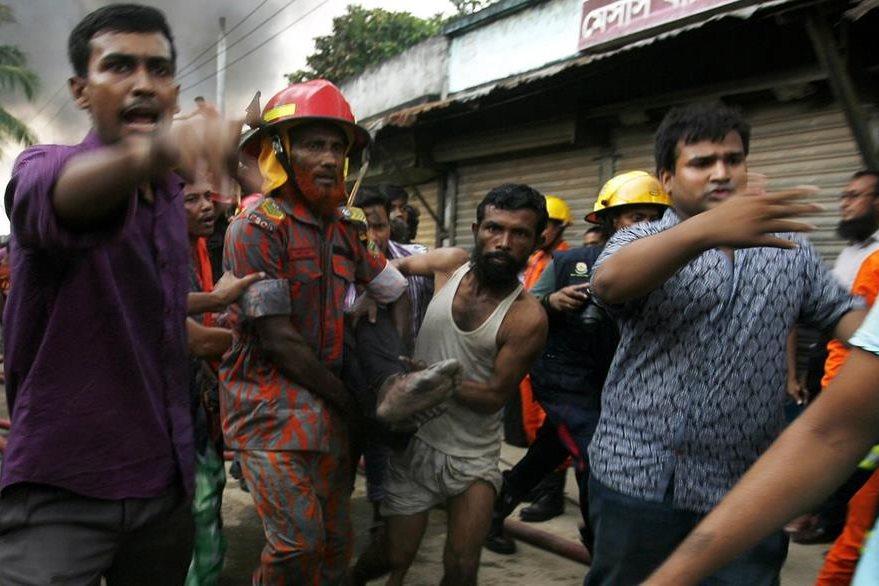 Traslado de un herido de incendio de fábrica en Bangladés. (AFP)
