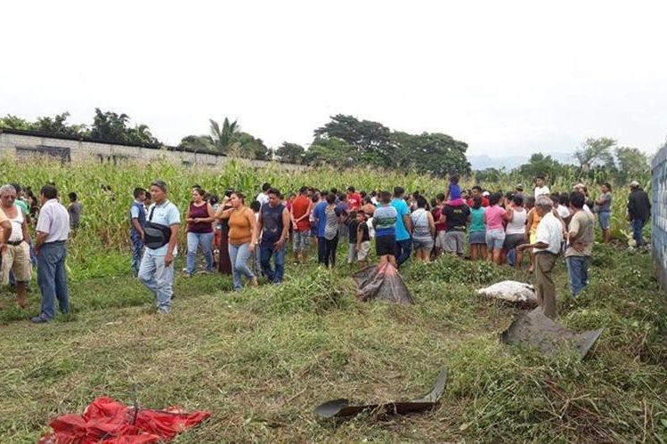 Vecinos llegaron a identificar el cadáver de la niña en un sembradío de maíz que se halla atrás de la escuela de la colonia Cañaveral 4. (Foto Prensa Libre: Enrique Paredes)
