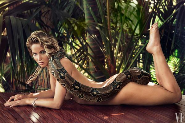 Jennifer Lawrence posa con una boa. (Foto Prensa Libre: Vanity Fair)