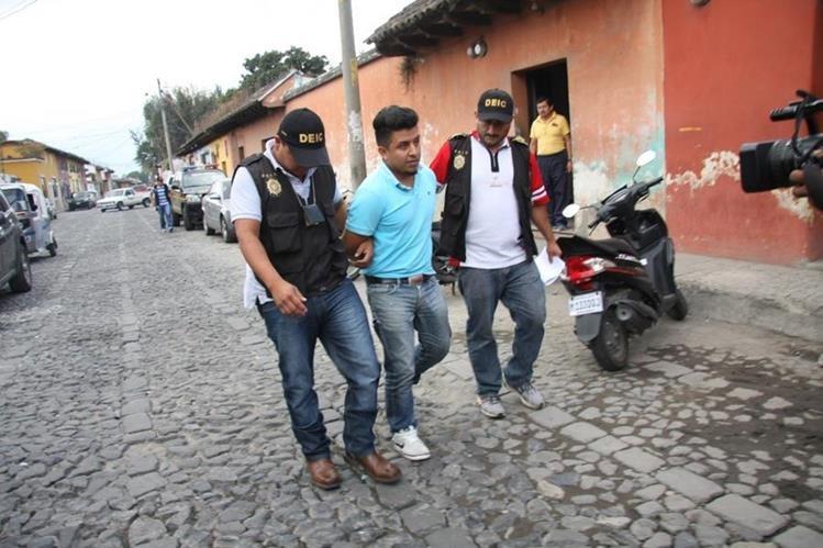 Investigadores trasladan al sindicado del crimen. (Foto Prensa Libre: Renato Melgar).