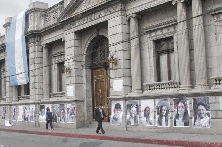 Además de las fotografías también hay dos carteles que piden que le sea quitada la inmunidad a Jimmy Morales. (Foto Prensa Libre: Cortesía)