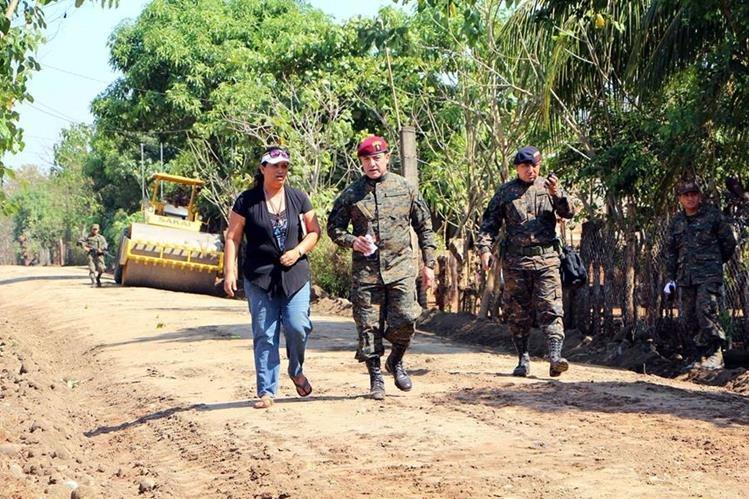 William Mansilla, ministro de la Defensa, recorre calles reparadas en la comunidad agraria San Vicente, Champerico, Retalhuleu. (Foto Prensa Libre: Rolando Miranda)